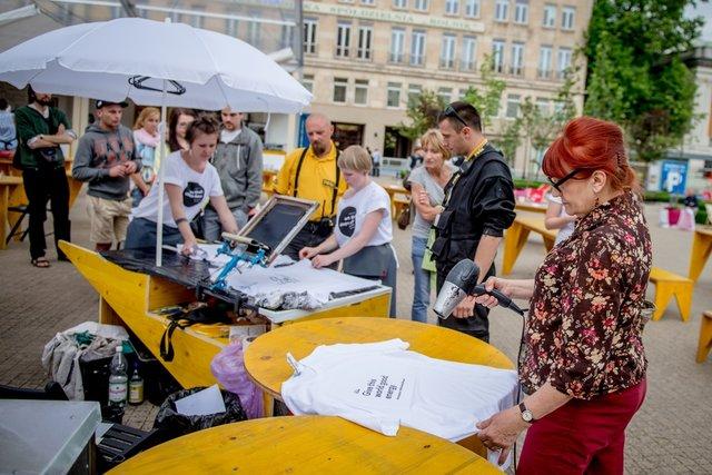 Mieszkańcy Poznania samodzielnie przygotowują pamiątkowe t-shirty