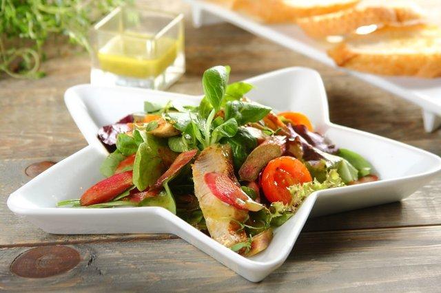 Salatka-z-rabarbarem-i-kurczakiem-z-grilla.jpg