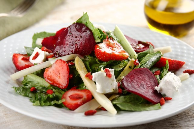 Salatka zeszparagami iowocami goji2.JPG