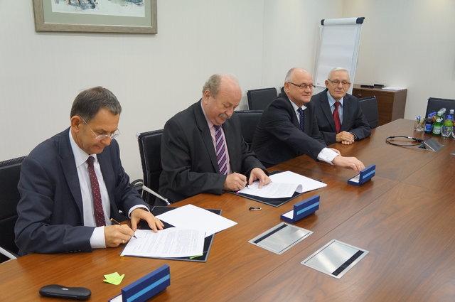 Pdopisanie umowy_od lewej D.Lubera A.Karbownik S.Tokarski J. Kotowicz.JPG