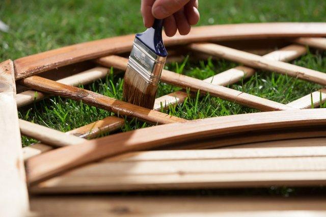 Elementy drewniane eksponowane nazewnątrz poimpregnacji należy zabezpieczyć środkiem barwiącym Dre