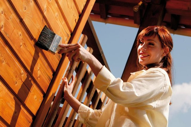 Środki Drewnochron konserwują, nadają kolor itworzą odporną powłokę.jpg