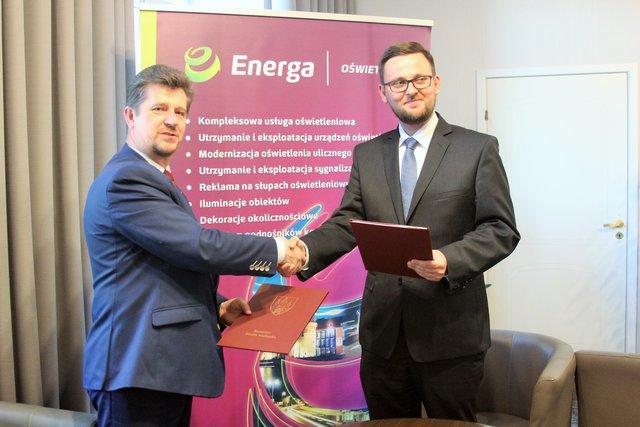 Energa_Podpisanie umowy w Malborku: Michał Bełbot - Prezes Energa Oświetlenie (z prawej) i Marek Charzewski - Burmistrz Malborka.jpg