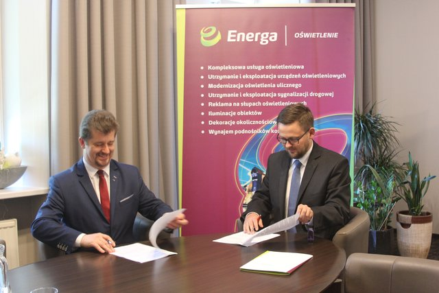 Energa_Podpisanie umowy w Malborku: Michał Bełbot - Prezes Energa Oświetlenie i Marek Charzewski - Burmistrz Malborka.jpg
