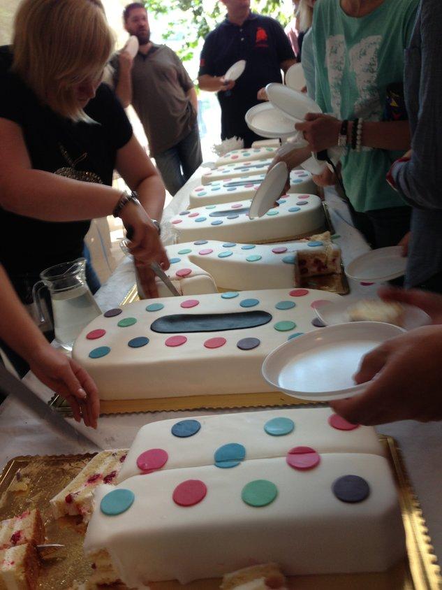 Jubileuszowy tort(y) z okazji 102 tysięcy usług TV w Grupie Netia